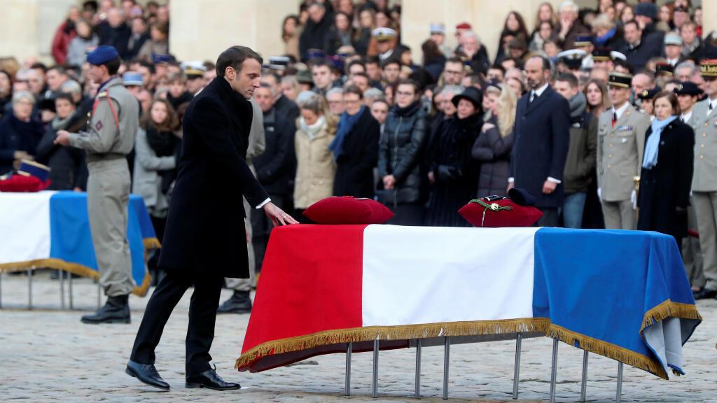 El presidente francés, Emmanuel Macron, se inclina ante uno de los ataúdes de los 13 soldados franceses que murieron en una operación en Malí. París, Francia, el 2 de diciembre de 2019.