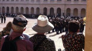 Les Français ont afflué par centaines, mercredi 5 juillet, pour dire au revoir à Simone Veil, lors de l'hommage aux Invalides.