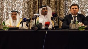 Saleh al-Sada, le ministre de l'Énergie du Qatar, entre le ministre saoudien du Pétrole Ali al-Naimi et son homologue russe Alexander Novak.