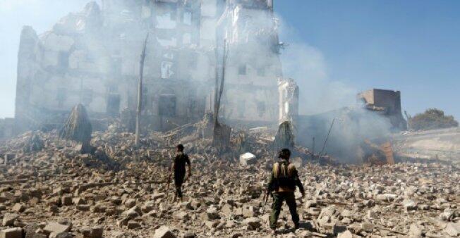قاتلون حوثيون امام القصر الرئاسي في صنعاء بعد غارات شنها التحالف العربي بقيادة السعودية في الخامس من كانون الأول/ديسمبر 2017