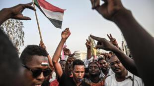متظاهرون في السودان، 19 نيسان/أبريل 2019
