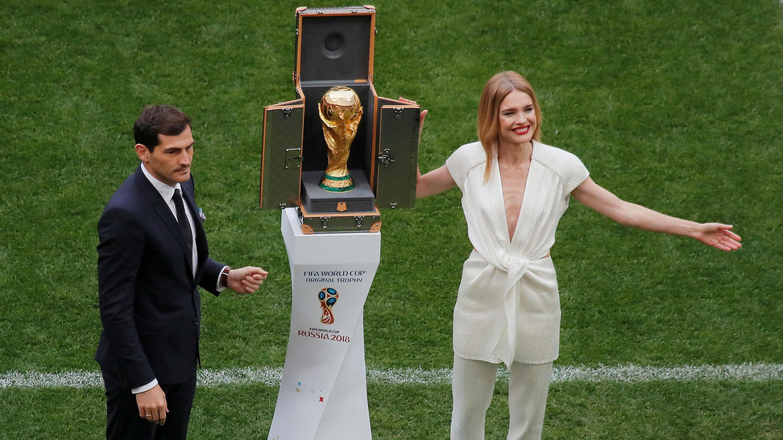 El futbolista español Iker Casillas y la modelo rusa Natalia Vodianova presentaron el trofeo que se llevará el ganador del Mundial a casa.