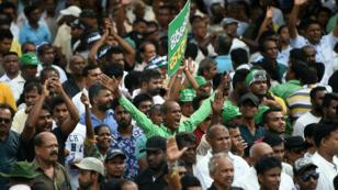 Des partisans du Premier ministre démis Ranil Wickremesinghe manifestent à Colombo, le 30 octobre 2018.