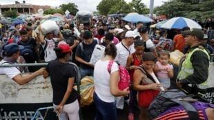 Ciudadanos venezolanos regresan con sus maletas llenas de provisiones por el puente internacional Simón Bolívar, en Cúcuta, Colombia, el 19 de octubre de 2019.