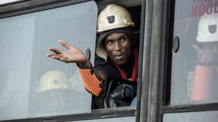 عامل خرج من منجم بياتريكس في مقاطعة فري ستايت، على بعد 290 كلم جنوب غرب جوهانسبرغ