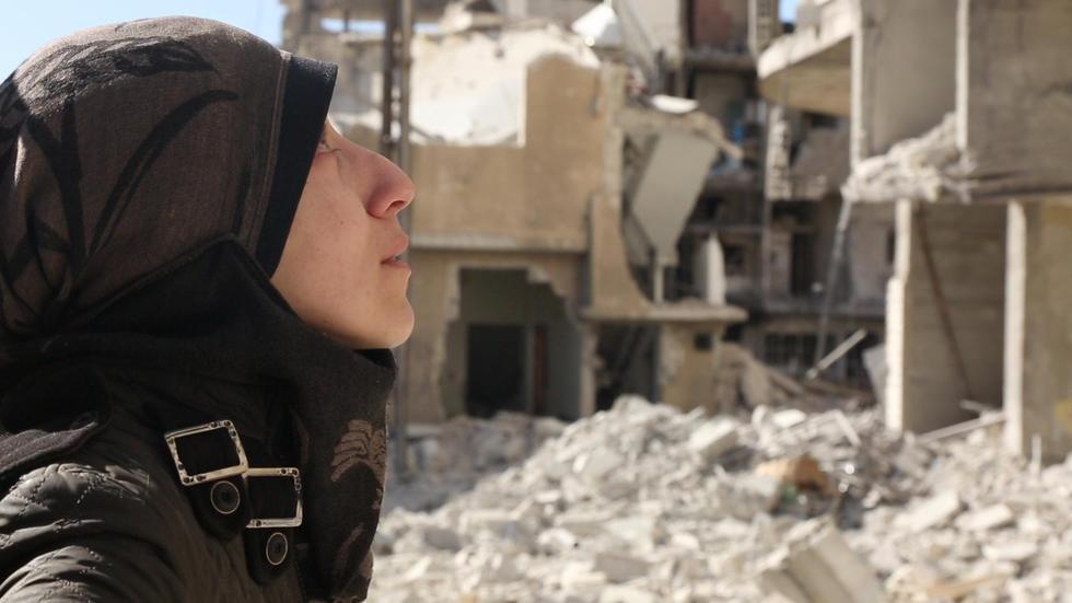 Una mujer siria contempla las casas destrozadas de Guta, Siria. Imagen de archivo.