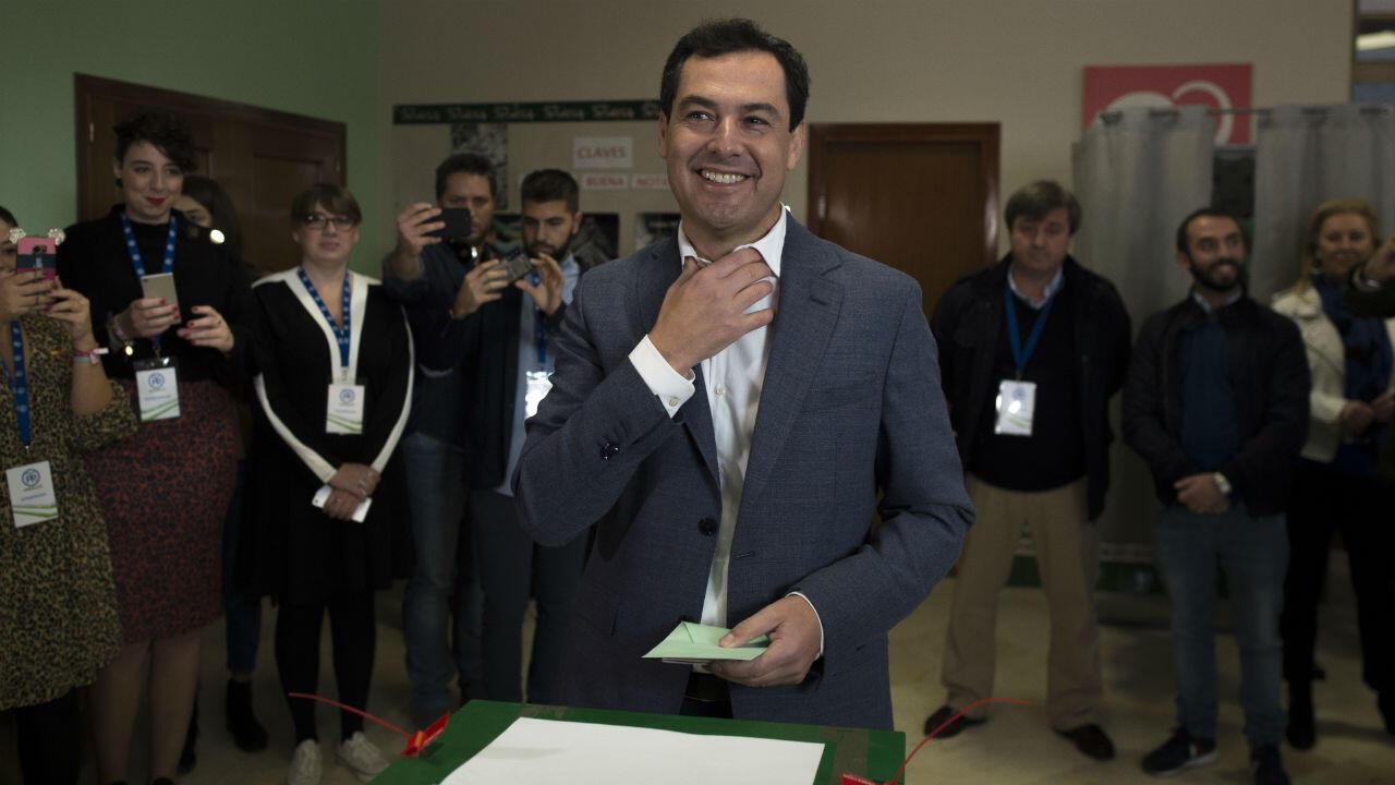 Archivo- el presidente del Partido Popular Andaluz (PP), Juanma Moreno, sonríe antes de emitir su voto en un colegio electoral de Málaga el 2 de diciembre de 2018 durante las elecciones regionales de Andalucía.