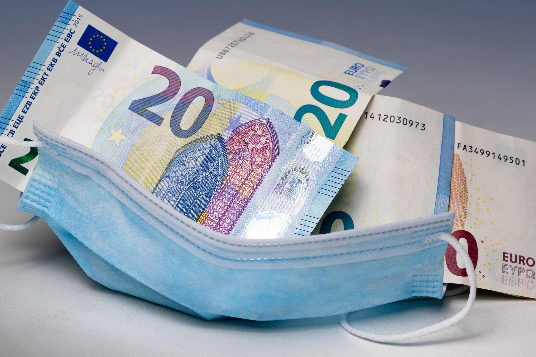 Équiper une famille avec deux enfants de deux masques chirurgicaux par jour représenterait un coût mensuel d'environ 228 euros.