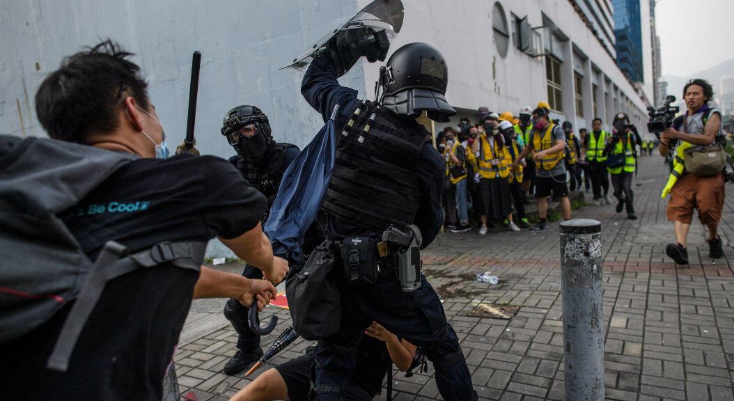 La policía se enfrentó con los manifestantes, en la bahía de Kowloon, Hong Kong, el 24 de agosto de 2019.