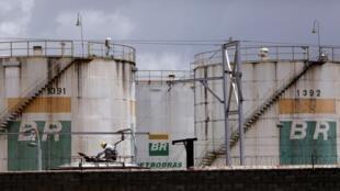 Un trabajador revisa los volúmenes de combustible en un vagón de tren cerca de un tanque de la petrolera estatal Petrobras, en Brasilia, Brasil, el 19 de febrero de 2021.