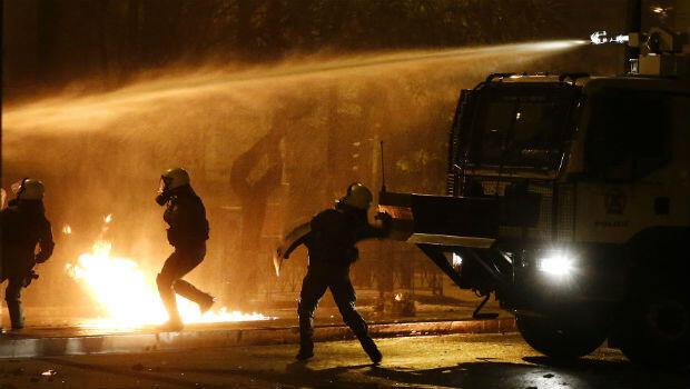 Agentes de policía durante los enfrentamientos que se registraron en el marco de la conmemoración de los 45 años de la revuelta de la Universidad Politécnica, en Atenas, Grecia, el 17 de noviembre de 2018.