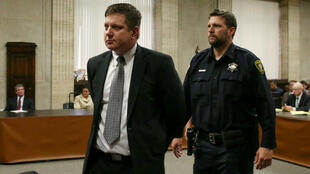El policía de Chicago, Jason Van Dyke, es conducido a prisión, después del veredicto de culpabilidad por la muerte del joven afro, Laquan McDonald.