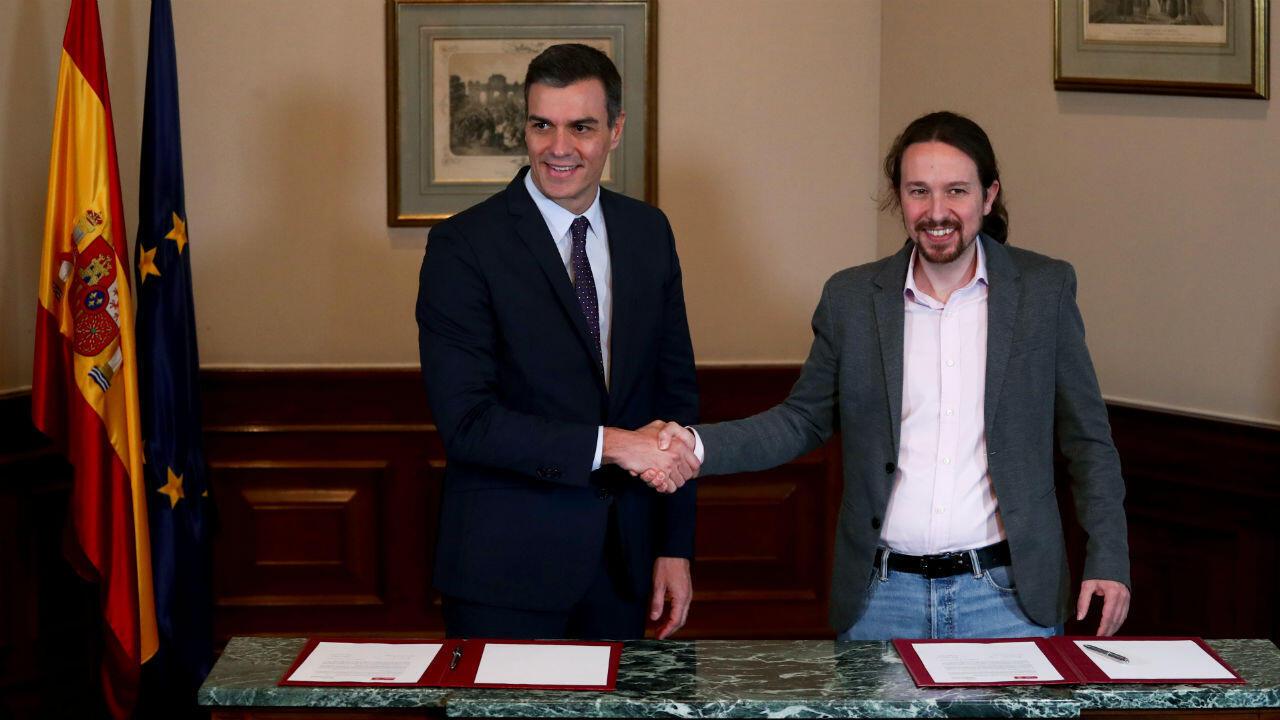مصافحة بين القائم بأعمال رئيس الوزراء، بيدرو سانشيز وزعيم بويموس بابلو إغليسياس في 12 نوفمبر/تشرين الثاني 2019 في مدريد، إسبانيا.