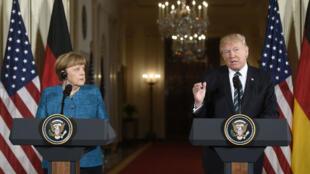 الرئيس الأمريكي دونالد ترامب والمستشارة الألمانية أنغيلا ميركل خلال مؤتمر صحافي في البيت الأبيض الجمعة 17 آذار/مارس 2017
