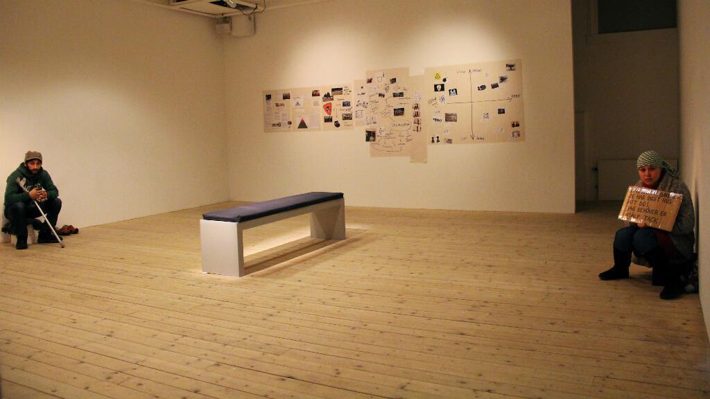 Les deux mendiants roms exposés au Musée d'art contemporain de Malmö, en Suède.