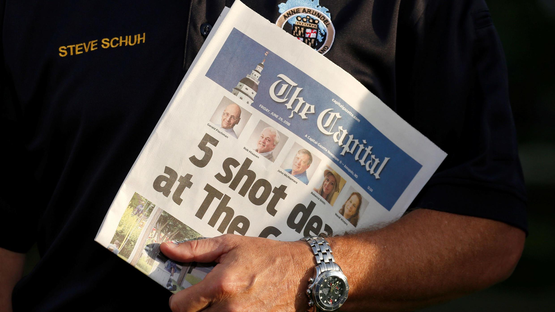 Steve Schuh, el Ejecutivo del condado de Anne Arundel County, Maryland , tiene una copia de Capital Gazette mientras es entrevistado el día después de que un pistolero mató a cinco personas e hirió a varias más en las oficinas del periódico, en Annapolis, Maryland , EE. UU., 29 de junio , 2018.