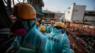 Des employés de la compagnie exploitante Tepco près du réacteur numéro 3 de la centrale de Fukushima, le 31 janvier 2018.