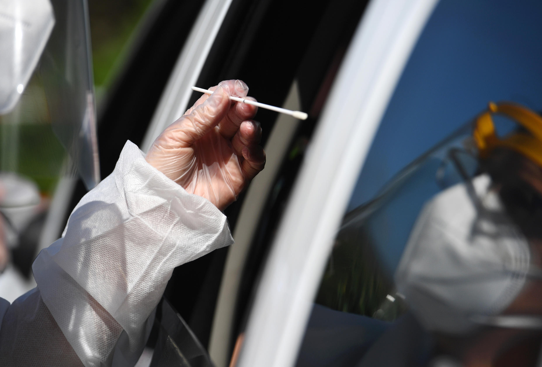 Un médico realiza una prueba de coronavirus en un autocine en Plabennec (oeste de Francia), el 20 de julio de 2020.