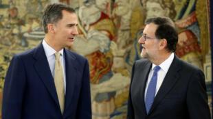 Le roi Felipe d'Espagne discute avec le Premier ministre Mariano Rajoy avant une réunion à Madrid, le 26 avril 2016.