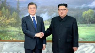 El presidente de Corea del Sur Moon Jae-in, da la mano con al presidente del Corea del Norte, Kim Jong Un, durante su cumbre en Panmunjom. 26 de mayo de 2018.
