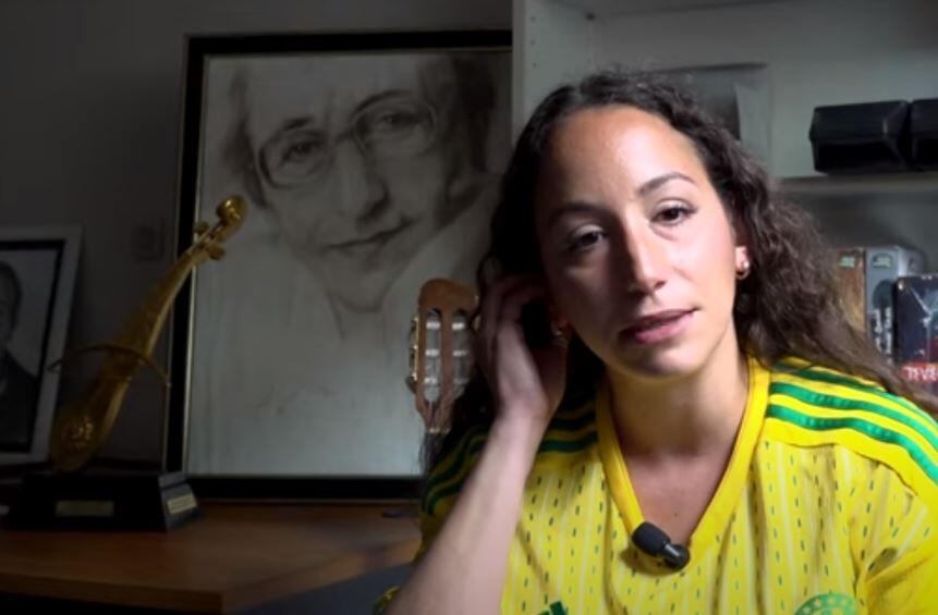 Tanina Cheriet, dans la maison où vivait son père, Idir, en Île-de-France.