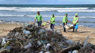 Ramassage de déchets sur une plage d'Indonésie, en décembre 2017.