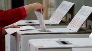 Une femme vote à Kaohsiung, à Taïwan.