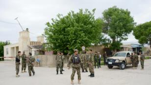 Des forces de sécurité afghanes sur le site de l'attaque des Taliban contre une base militaire, le 21 avril 2017.