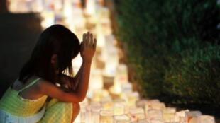 طفلة تؤدي الصلاة لضحايا القنبلة الذرية في ناغازاكي في 8 اب/اغسطس 2015