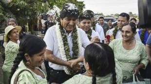 Le président bolivien sortant Evo Morales rencontre ses supporters lors de son arrivée à Villa 14 de Septiembre, à Chapare, le 20 octobre 2019.