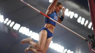 La estadounidense Katie Nageotte compite en la final de salto de pértiga del Mundial de Atletismo de Doha el 29 de septiembre de 2019
