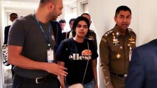 Foto entregada por las autoridades migratorias de Tailandia a la agencia AFP. Muestra a la joven saudita, Rafah Mohamed al- Qunun, el 7 de enero de 2019, en Bangkok.