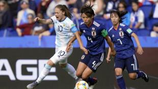 La star de l'équipe du Japon Saki Kumagai au contact de l'Argentine Estefania Banini, le 10 juin 2019 au Parc des Princes.