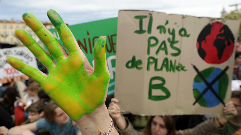 """""""No hay planeta B"""" dicen los estudiantes que participan por la huelga juvenil para actuar contra el cambio climático, en Niza, Francia, el 15 de marzo de 2019."""