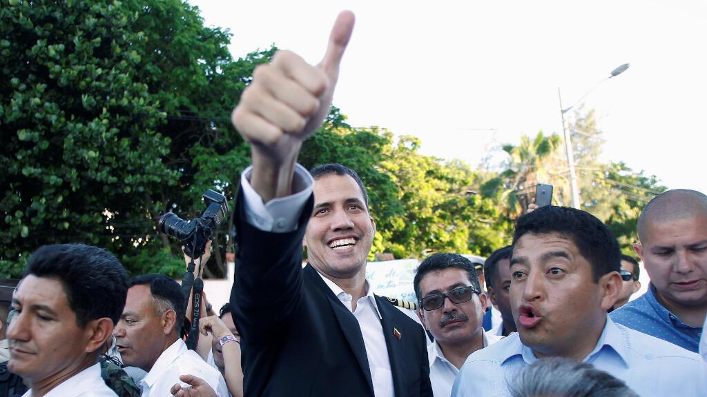 El líder de la oposición venezolana Juan Guaidó hace un gesto después de una reunión con el presidente de Ecuador, Lenin Moreno en Salinas, Ecuador, el 2 de marzo de 2019.