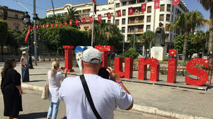 Deux jours après l'attentat suicide qui a frappé le centre de Tunis, les touristes sont de retour sur l'avenue Bourguiba, le 29juin2019.
