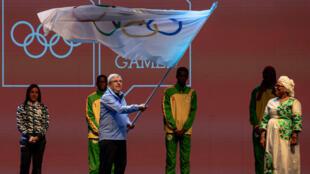 El presidente del Comité Olímpico Internacional, Thomas Bach, ondea la bandera olímpica durante la ceremonia de clausura de los Juegos Olímpicos de la Juventud 2018 en Buenos Aires, el 18 de octubre de 2018.