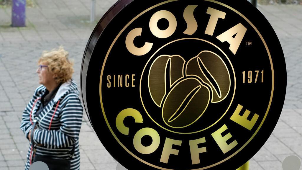 Una mujer pasa frente a un Costa Coffee en Loughborough, Gran Bretaña, el 25 de abril de 2018.