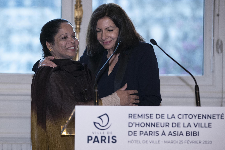 Asia Bibi recibe la ciudadanía honorífica de París en el ayuntamiento, de las manos de la alcadesa Anne Hidalgo, el 25 de febrero de 2020.