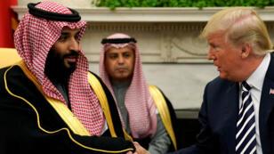 El presidente de Estados Unidos, Donald Trump, le da la mano al príncipe heredero de Arabia Saudita, Mohamed Bin Salman, en la Oficina Oval de la Casa Blanca en Washington D. C., Estados Unidos, el 20 de marzo de 2018.