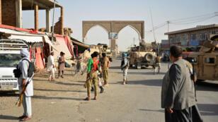Des forces de sécurité et des militaires afghans sur une route de la province de Ghazni, le 12 août 2018.