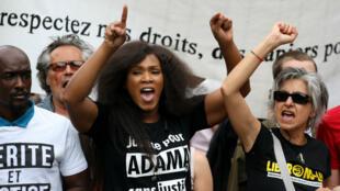 Assa Traoré, sœur d'Adama, lors d'une manifestation contre la politique du gouvernemnent le 26 mai 2018.