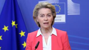 La présidente de la Commission européenne, Ursula von der Leyen, lors d'une conférence de presse le 23 avril 2021, à Bruxelles. La Commission doit bientôt démarrer l'examen des plans de relance des pays de l'UE.