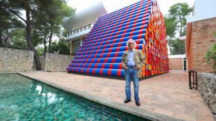 """Photo d'archive prise le 4 juin 2016 de 2016, l'artiste-plasticien Christo posant devant son oeuvre """"Mastaba"""" à la Fondation Maeght à Saint-Paul-de-Vence (sud-est de la France)"""