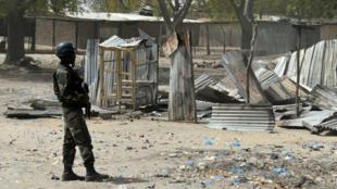 Un militaire camerounais patrouille à Fotokol, ville de l'Extrême-Nord du Cameroun, en février 2015 après une attaque de Boko Haram.