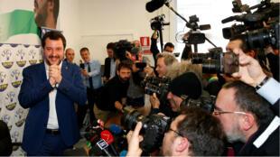 Matteo Salvini, líder de la coalición de centroderecha Liga Norte, celebra tras conocerse los resultados preliminares de las elecciones generales del 4 de marzo el 5 de marzo de 2018.