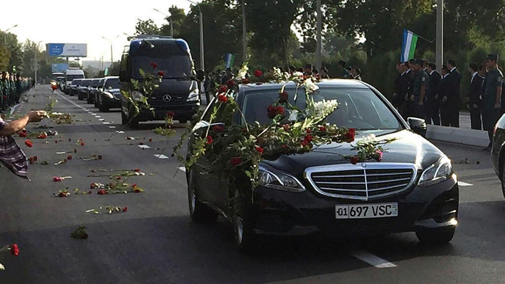 La dépouille du défunt président Islam Karimov, transportée en convoi depuis l'aéroport de Tashkent, le 3 septembre 2016.