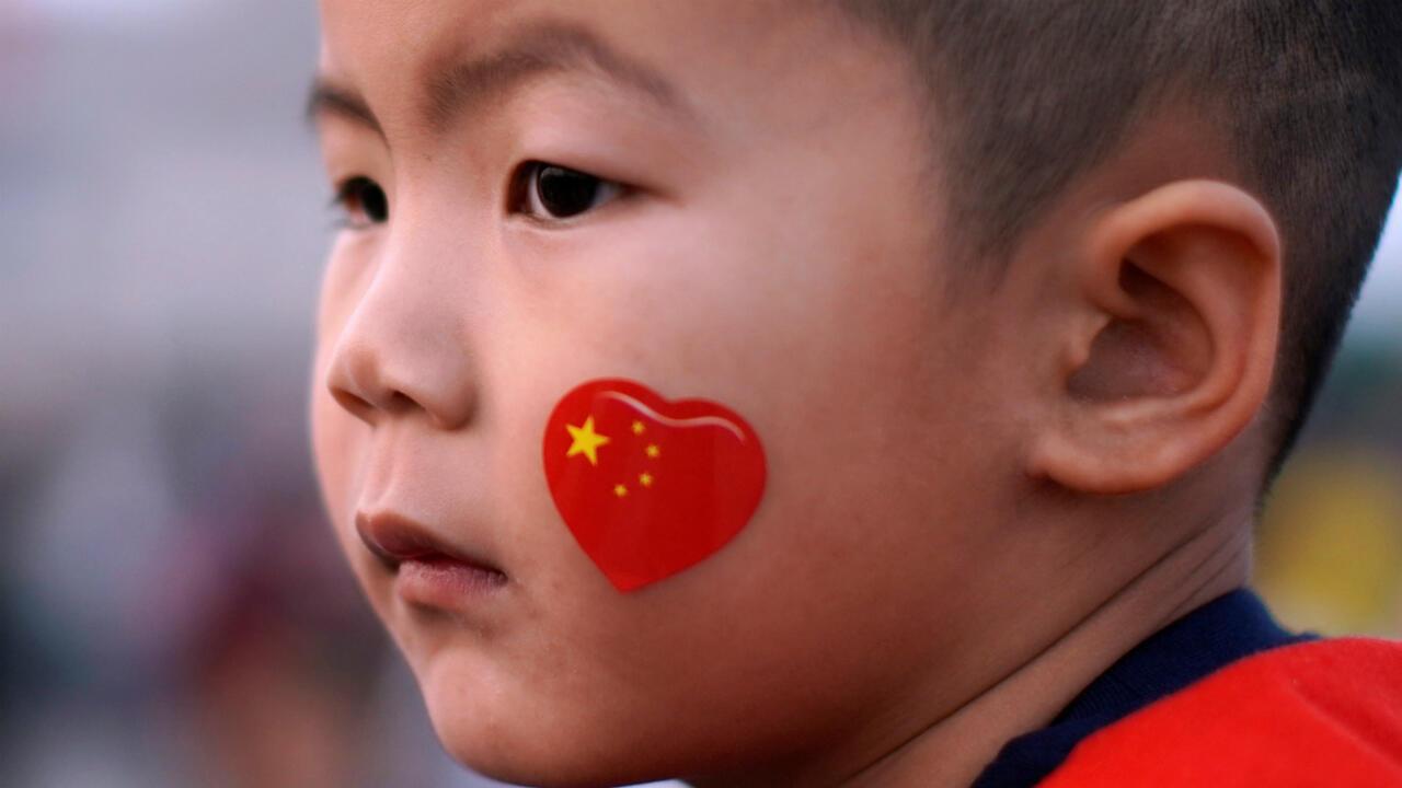 Un enfant participant à une cérémonie de lever de drapeaux, en vue du 70e anniversaire de la République populaire de Chine, sur la place Tian'anmen à Pékin, le 29 septembre 2019.