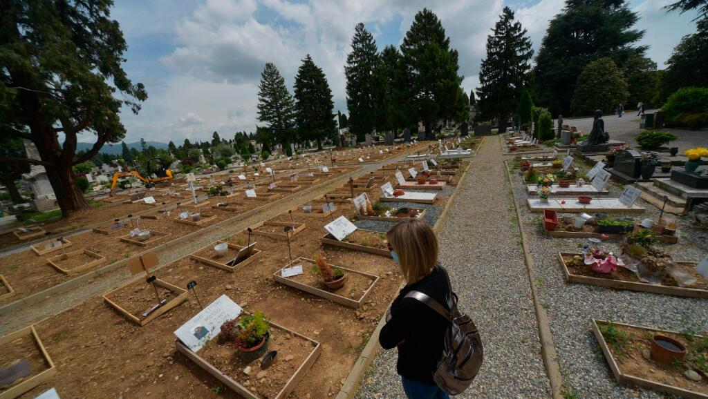 Una mujer visita la tumba de un familiar en el cementerio de Bérgamo, Italia, el 18 de mayo de 2020, durante la pandemia del Covid-19.