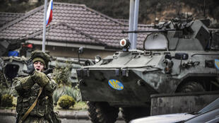 أحد جنود السلام الروس في 13 تشرين الثاني/نوفمبر 2020 في نقطة تفتيش في محيط ستيبانكرت، عاصمة ناغورني قرع باغ
